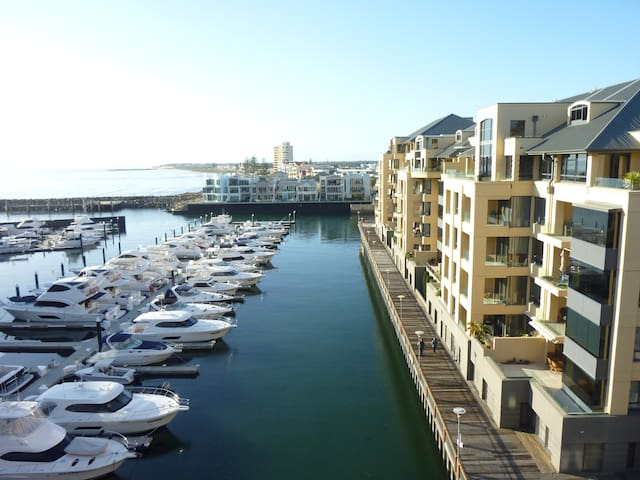 Superb Penthouse Apt Marina Views - Glenelg - Byt