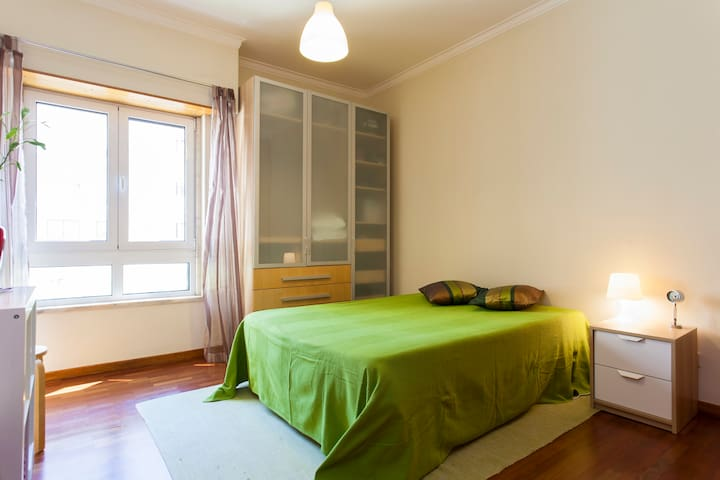 Nice bedroom near metro - breakfast - Lisboa - Huoneisto