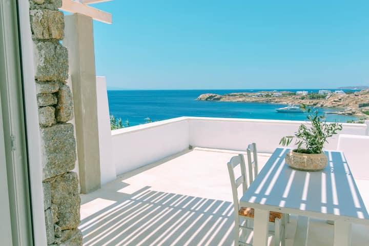 Design Apartment -Sea view, shared pool, bar, gym