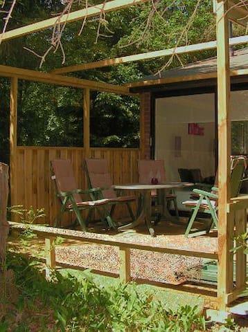 Het houten terras met tuinmeubelen.