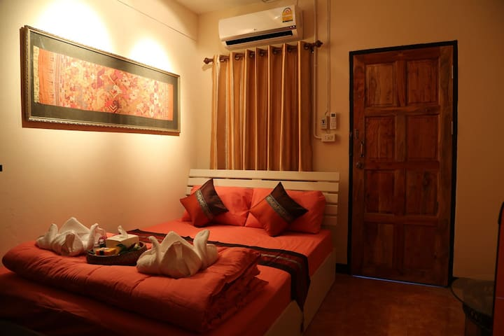 Air-con Double bed in old town city - chiang mai - Bed & Breakfast