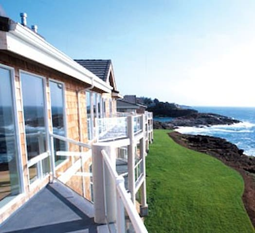 On a bluff overlooking the mighty Pacific - Depoe Bay - Condominium
