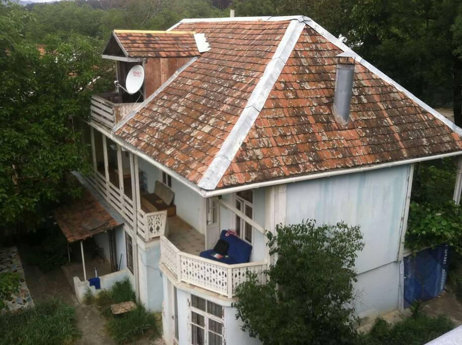 Дом 19 века, При реставрации мы максимально сохранили стиль и экологичность материалов. Черепица, дерево и натуральный камень основные элементы дома.