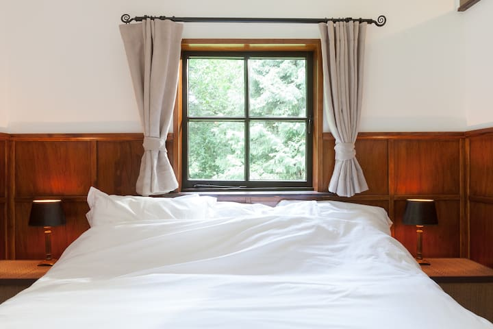 Sleeping area with box spring bed with firm mattress (160*200)