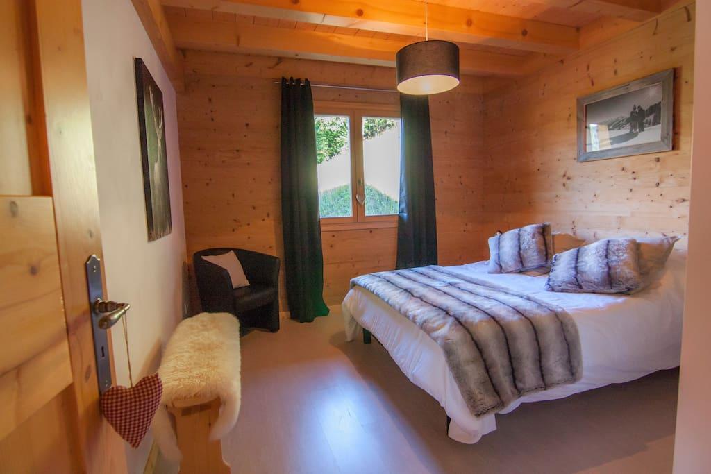 Votre chambre privative avec un lit double(140x190cm). Matelas et sommier récents. Draps fournis.