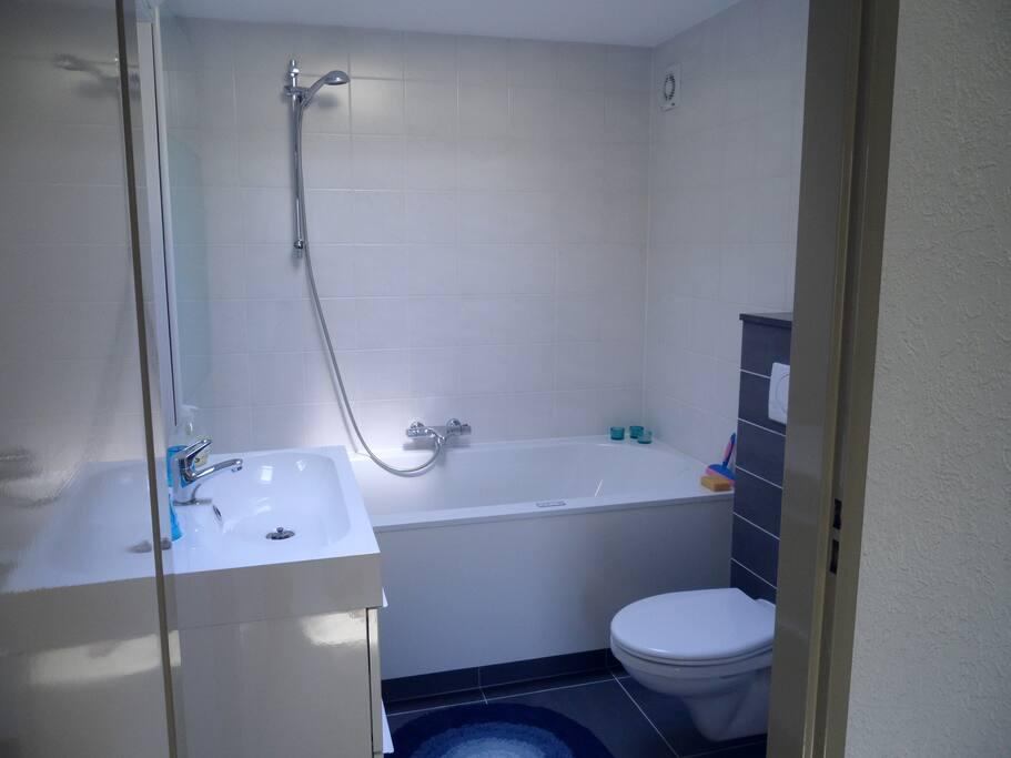 Fijne eigen badkamer met whirlpool bad