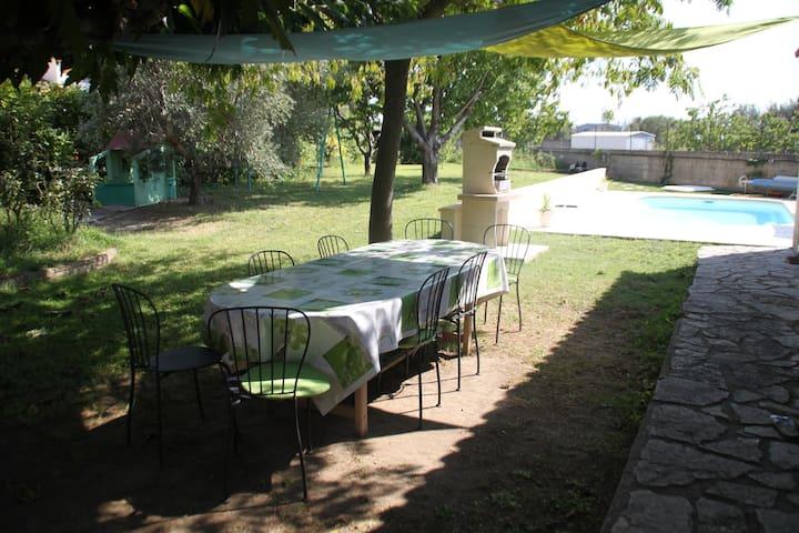 Maison,jardin ,piscine.8 personnes - Miramas - House