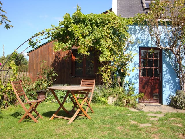 Little lodge in a wooded garden - Groix - Dom