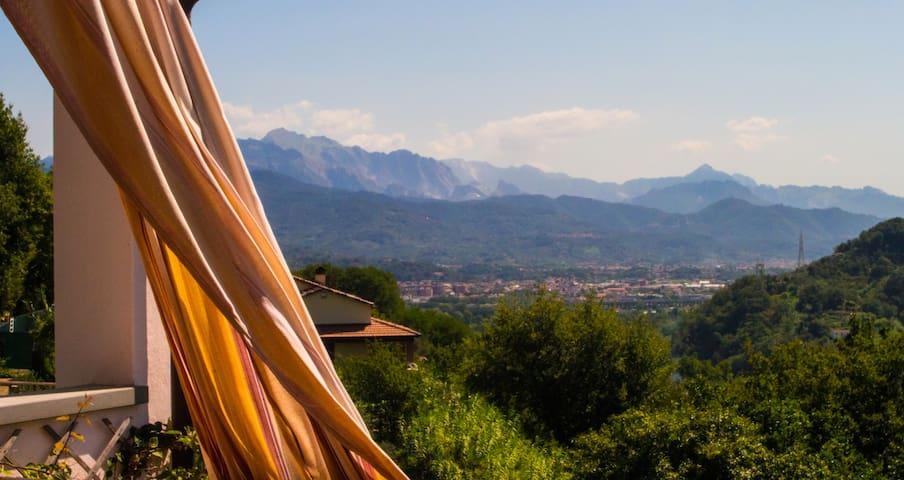 Casa del monte tra vigne e ulivi