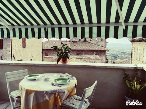 la camera e dotata di bagno privato e balcone con vista sulla valle di assisi