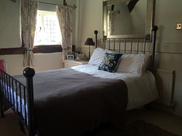 Double room & bathroom - Ramsbury
