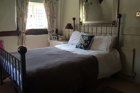 Double room & bathroom - Ramsbury
