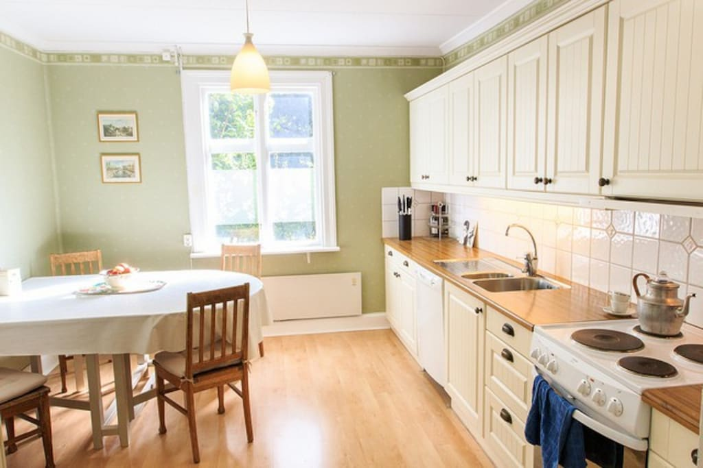 Utrustat kök med spis, ugn, diskmaskin, kylskåp/frys, microvågsugn och vattenkokare.