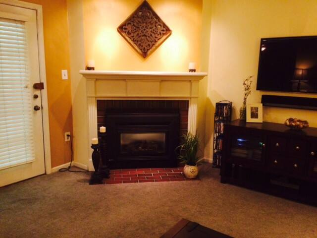 Large Flat screen TV, working gas fireplace (no wood required)