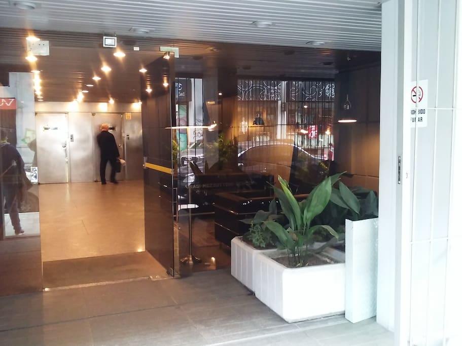 Entrada al edificio y ascensores. Portería 7x24. En el edificio está radicado el consulado de Brasil y la sede de la represa Salto Grande.