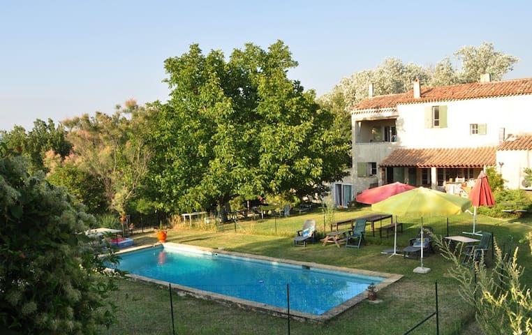 Gite avec piscine dans les vignes - La Tour-d'Aigues