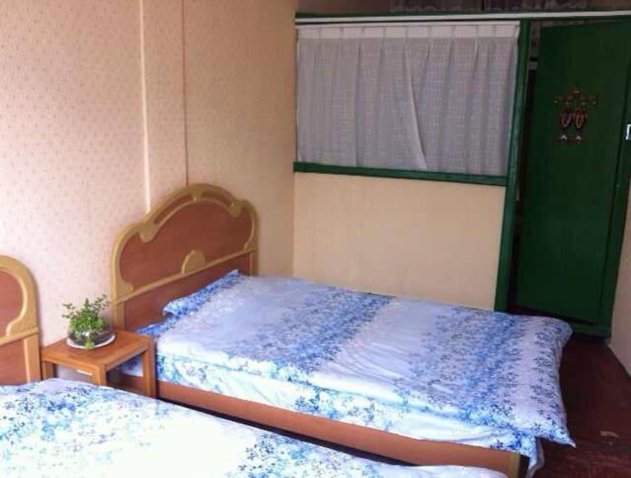 标准双人床,房间装饰温馨整洁。