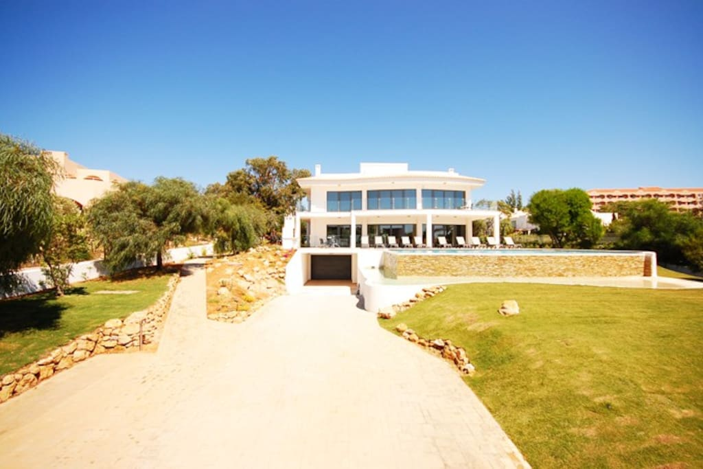 Stunning new 5 bedroom villa, affording breathtaking ocean views, with heatable swimming pool