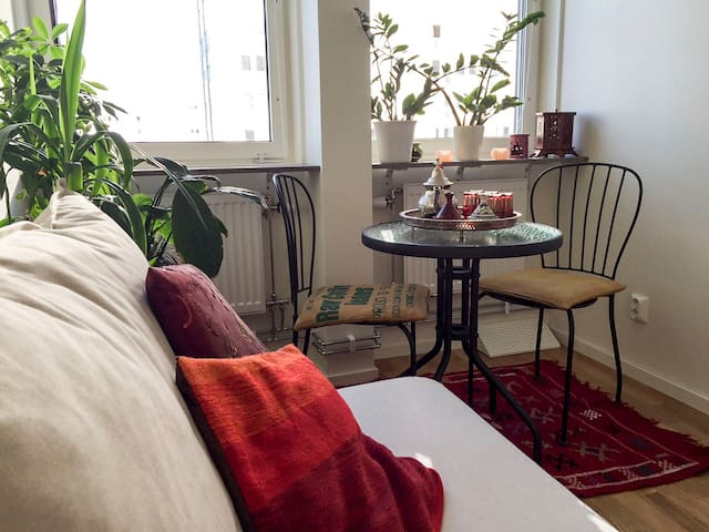Small room in a big flat with friendly folks - Vällingby - Lejlighed