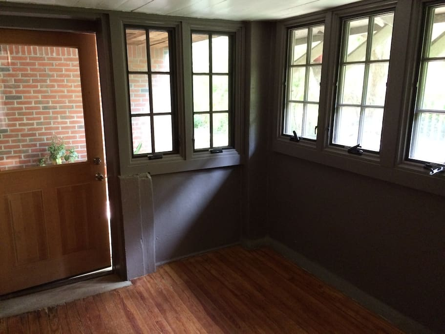 Private entryway full of windows. There is now a desk in this room.