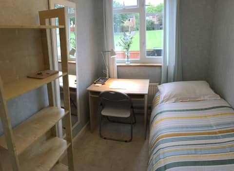 Acogedor dormitorio individual, centro MK