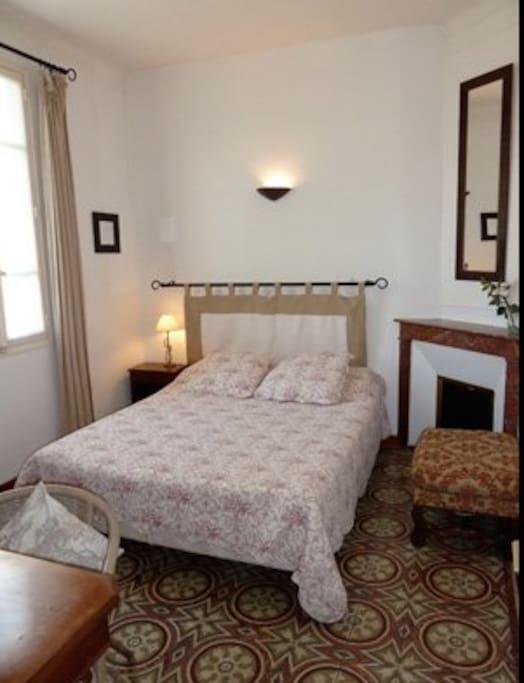 lit en 160 très confortable , chambre climatisée