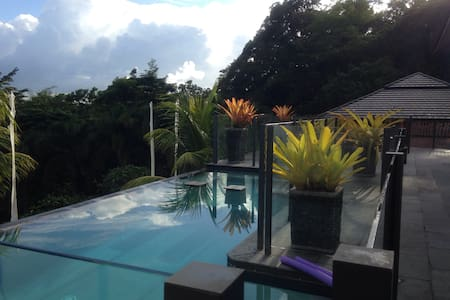 Airlie Tropical style accommodation - Cannonvale