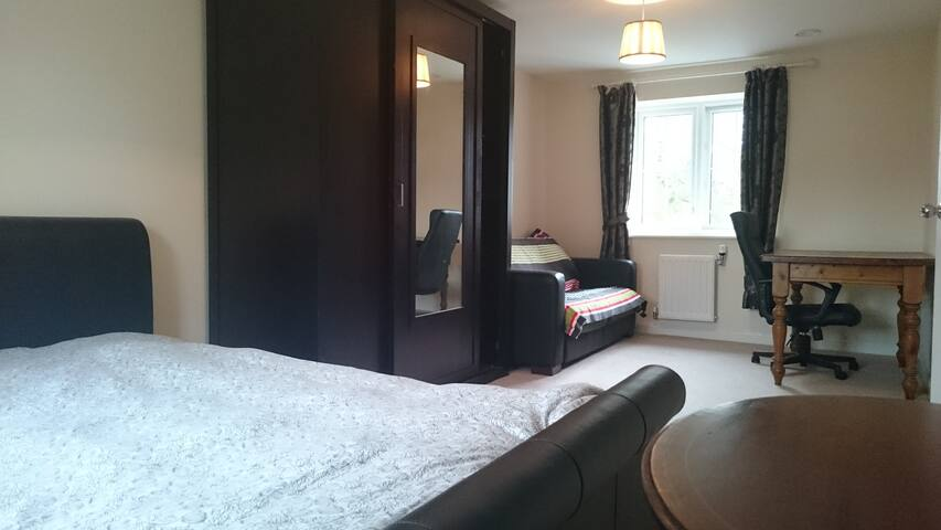Large bright double aspect Room - Carshalton Beeches - Rumah