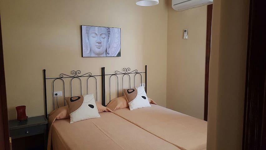 Habitación con cama doble. Baño de la habitación a la derecha