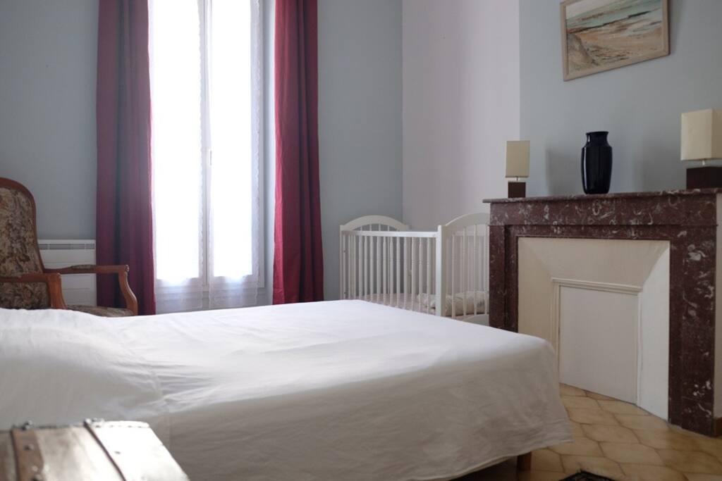chambre avec lit double 140 et lit bébé