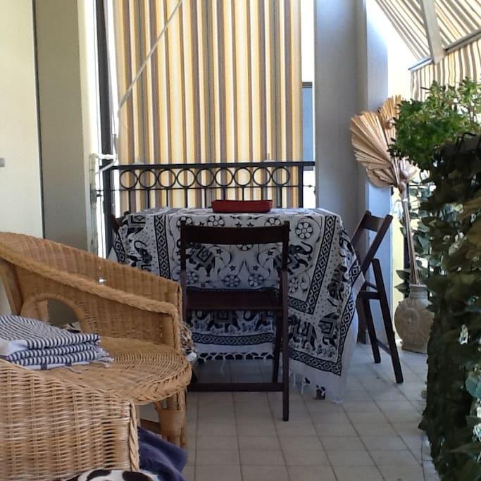 Vista dell'ampio terrazzo con tavolino per pranzare e cenare all'esterno.