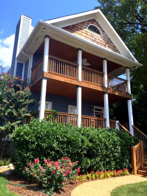 Modern 2 story house with large decks and great views of Downtown Nashville!