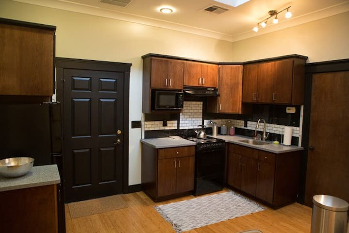 Gorgeous Modern Downtown Apartment - Redding - Apartment