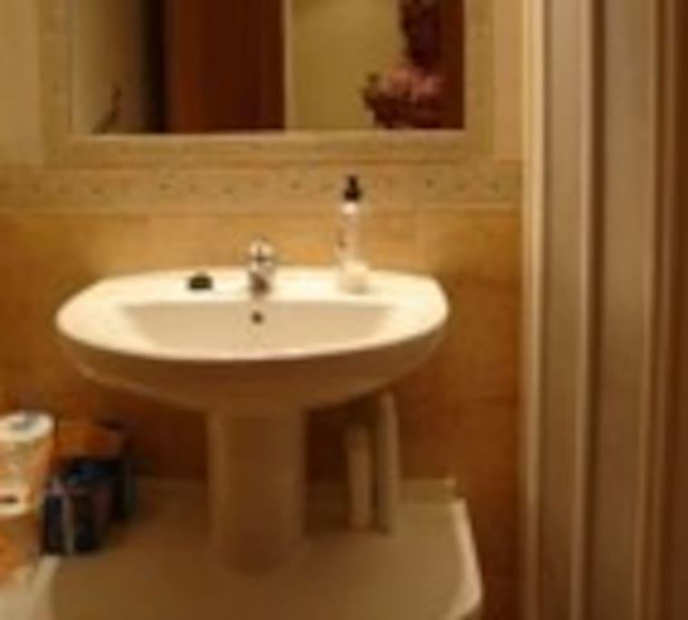 baño con ventana y ducha grande con mampara de cristal