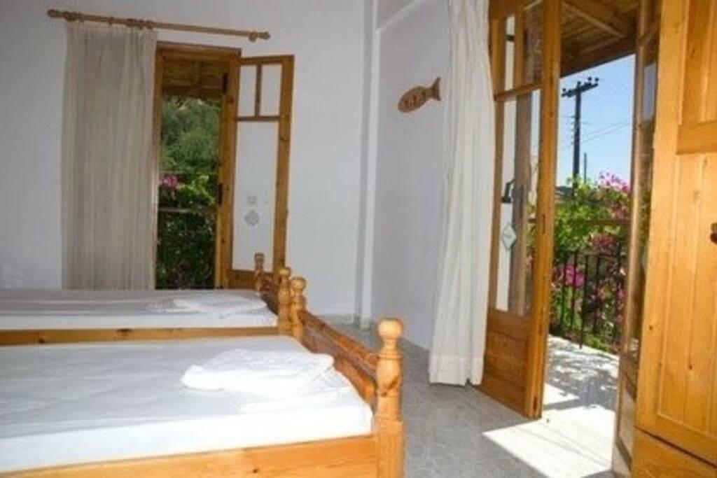 Το δευτερο υπνοδωματιο με δυο μονα κρεβατια