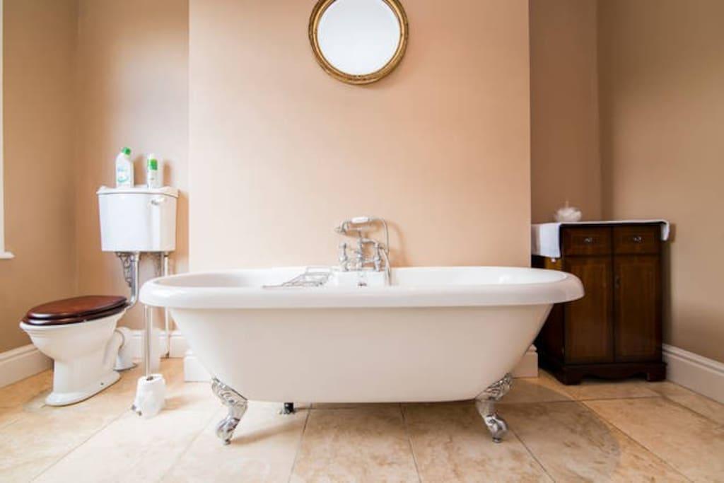 Soothing large size bath tub