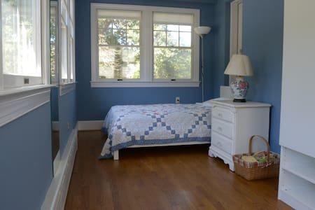 Sunny private room. Walk to Metro - University Park - Bed & Breakfast