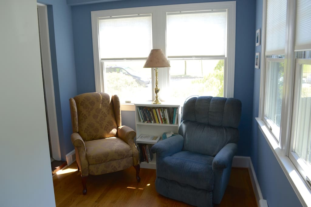Sweet sitting area in room.