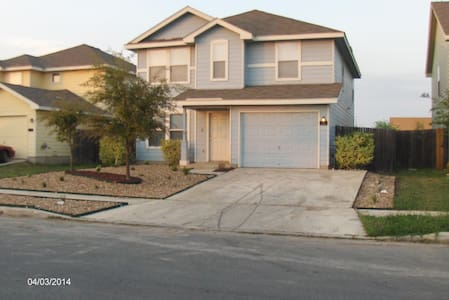 5BR, 3BA, 3 mls From Lackland AFB - San Antonio - Maison