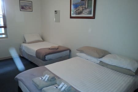 Spacious room in modern B & B - Ashfield