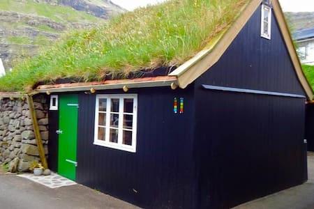 Special old house in Tjørnuvík - Tjørnuvík - Cabin