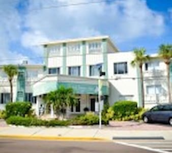 Cozy Beach Front Apt - North Redington Beach - 아파트