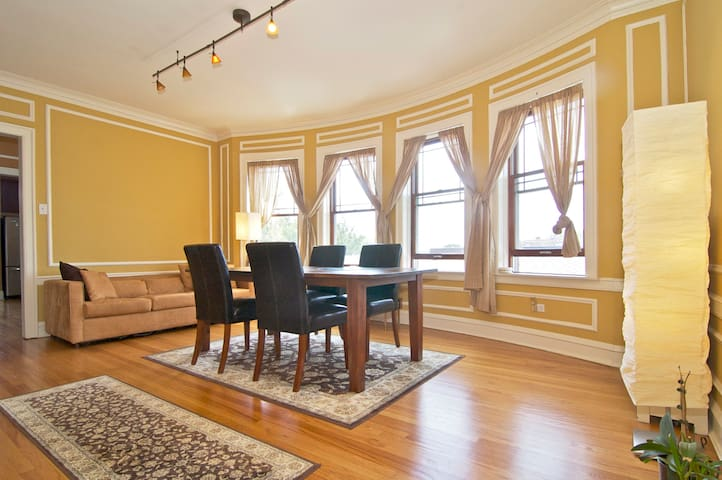 Sunny Classy Condo in West Rogers Park, Chicago