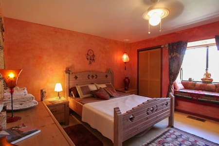 Serene room with queen bed near Harbin Hot Springs - Pope Valley