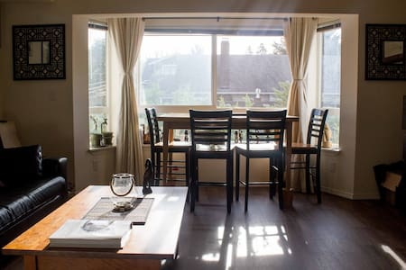Enjoy a studio with everything you need. Just two blocks from Wallingford's commercial street, 45th street, you're near buses, great diverse restaurants, and supermarkets. Free, easy street parking also available.