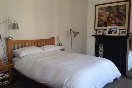 3 large rooms with 3 comfy beds - Cardiff