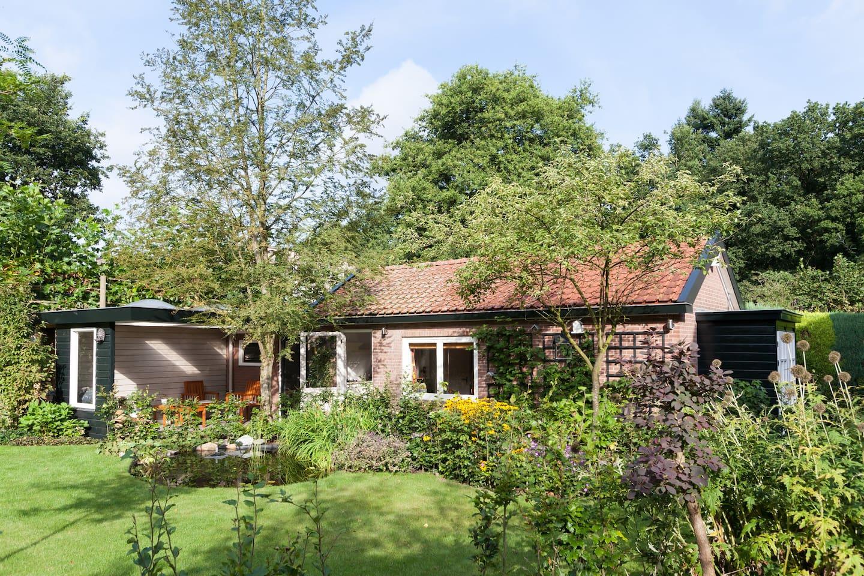 Vrijstaand tuinhuis met ruime tuin en veranda