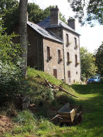 Old mill house set in private wood - La Chapelle-d'Andaine - Hus