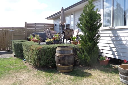 Welcoming twin-room close to town (guest bathroom) - Martinborough