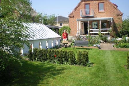 Skønt hus centralt i Silkeborg by - Silkeborg - Huis